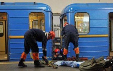 Epilepsiyalı qadın relslərin arasına düşdü, qatar üstündən keçdi — Bakı metrosunda qorxulu anlar